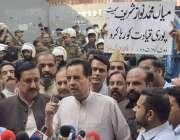 لاہور: مسلم لیگ کے رہنما کیپٹن (ر) صفدر احتساب عدالت کے باہر میڈیا سے ..