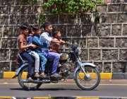 اسلام آباد: ٹریفک پولیس کی نا اہلی، ایک نوجوان بچہ موٹر سائیکل چلا رہا ..