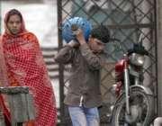 اسلام آباد: سوئی گیس کی قلت کے باعث ایک بچہ گیس کا سلنڈر فل کروانے کے ..