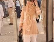لاہور: خاتون رکن اسمبلی پنجاب اسمبلی کے اجلاس میں شرکت کے لیے آ رہی ..