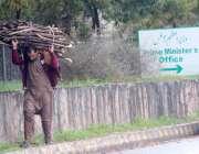 اسلام آباد: وفاقی دارالحکومت میں ایک شہری گھر کا چولہا جلانے کے لیے ..