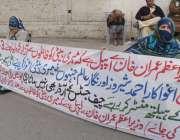 لاہور: لکھوڈیر کی رہائشی خواتین پریس کلب کے باہر احتجاج کررہی ہیں۔