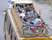 راولپنڈی: عید پر اپنے آبائی علاقوں کو جانیوالے مسافر ٹرانسپورٹ کی کمی ..