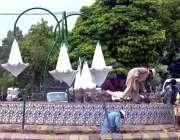 راولپنڈی: پی ایچ اے اہلکار خیابان سر سید روڈ پر بجلی کے لیمپ نصب کرنے ..