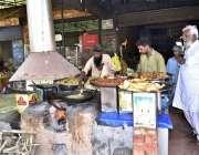 فیصل آباد: دکاندار گاہکوں کو متوجہ کرنے کے لیے پکوڑے بنا رہا ہے۔