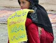 اسلام آباد: راہگیروں سے رحم کی اپیل  کرنے والی ایک نو عمر لڑکی۔