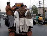 راولپنڈی: پبلک ٹرانسپورٹ پر شہری خطرناک انداز سے سفر کر رہے ہیں جوکسی ..