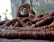 راولپنڈی: مقامی مارکیٹ میں صارفین کو راغب کرنے کے لئے انجیر  بیچنے والا ..