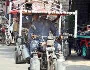 ملتان: موٹر سائیکل سوار خطرناک انداز سے چارپائی اٹھائے لیجا رہا ہے ..
