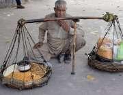 لاہور: ایک محنت کش کھانے پینے کی اشیاء فروخت کرنے کیلئے بیٹھا ہے۔