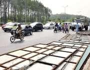 اسلام آباد: ایم سی آئی اہلکار سڑکنارے لگے سائن بورڈز اتار رہے ہیں۔