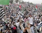 اسلام آباد سیکٹرایچ نائن میں آزادی مارچ کے شرکاء جلسہ کے دوران اپنی ..
