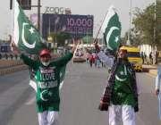 کراچی: شائقین کرکٹ پاکستانی پرچم والا لباس پہنے اور قومی پرچم اٹھائے ..