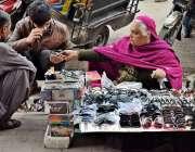 لاہور: ایک خاتون اپنے گھر والوں کا پیٹ پالنے کے لیے عینکیں فروخت کررہی ..