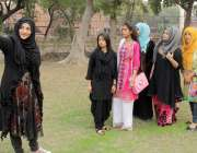لاہور: کلچرل کمپلیکس قذافی سٹیڈیم کے باہر آرٹ گروپ کی طالبات سیلفی ..