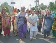 فیصل آباد: خواجہ سرا ضلع کونسل چوک میں تھانہ صدر کے اہلکاروں کے خلاف ..