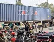 لاہور: تحریک انصاف کے مرکزی رہنما عبدالعلیم خان کی پیشی کے موقع پر احتساب ..