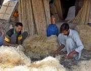 لاہور: گرمی کی آمد کے بعد دکاندار ائیرکولروں کی خسیں تیار کر رہے ہیں۔