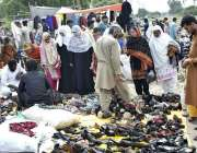 فیصل آباد: لنڈا بازار میں  جوتے اور ہینڈ بیگ خریدتے ہوئے لوگوں کا رش