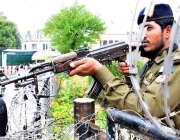 لاہور: پنجاب اسمبلی اجلاس کے موقع پر پولیس اہلکار الرٹ کھڑا ہے۔