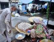 راولپنڈی: محنت کش خاتون گھر کی کفالت کے لیے ادرک اور لہسن وغیرہ فروخت ..