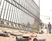 لاہور: پی آئی سی پر دھاوا بولنے والے وکلاء کو منتشر کرنے کیلئے پولیس ..