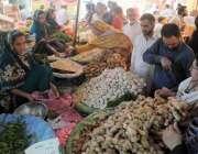 راولپنڈی: حیدر چوک رمضان سستا بازار سے شہری خریداری کر رہے ہیں۔