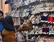 ملتان: عید کی تیاریوں میں مصروف خواتین جوتے خرید رہی ہیں۔