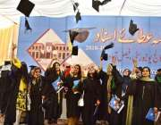 فیصل آباد: جی سی یو ایف کے9ویں کانووکیشن کے موقع پر طالبات اپنی ٹوپیاں ..