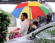 راولپنڈی: بچوں کو سکول ڈراپ کرنے کے لیے جانیوالے موٹر سائیکل سوار والدین ..