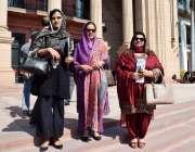 لاہور: پنجاب اسمبلی کے اجلاس میں شرکت کے بعد خواتین اراکین واپس جا رہی ..