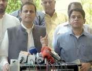 کراچی:سندھ اسمبلی کے باہر مشیر اطلاعات مرتضیٰ وہاب صحافیوں سے بات چیت ..