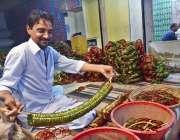 حیدر آباد: عید کی تیاریوں میں مصروف کاریگر چوڑیاں تیار کرنے میں مصروف ..