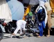 راولپنڈی: ہفتہ اور جمعہ بازار میں خواتین ایک سٹال سے خریداری کر رہی ..