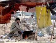 راولپنڈی: محنت کش بھٹی پر چنے بھون رہے ہیں۔