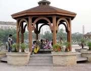 لاہور: خوشگوار موسم میں گریٹر اقبال پارک میں سیر کے لیے آنے والی ایک ..