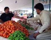 اسلام آباد: شہری ہفتہ وار منگل بازار سے سبزیاں خرید رہے ہیں۔