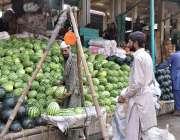 اسلام آباد: شہری فروٹ منڈی میں ایک سٹال سے تربوز خرید رہے ہیں۔