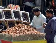 کوئٹہ: رمضان المبار ک کے آغاز پر شہری کھجوریں خرید رہے ہیں۔