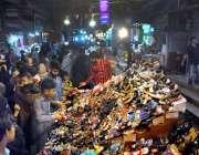 حیدر آباد: عید کی تیاریوں میں مصروف شہری جوتے پسند کر رہے ہیں۔