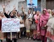 لاہور: تحریک انصاف کے مرکزی رہنما عبدالعلیم خان کی پیشی کے موقع خواتین ..