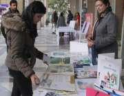 لاہور: چلڈرن لائبریری میں ادبی جشن فیسٹیول کے موقع پر ایک لڑکی سٹال ..