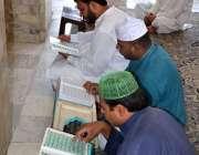 فیصل آباد: ماہ صیام کے دوران روزہ دار قرآن مجید کی تلاوت کر رہے ہیں۔
