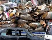 راولپنڈی: راجہ بازار میں کھڑی ایک اوور لوڈ گاڑی نے راستہ بلاک کر رکھا ..