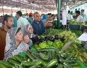 فیصل آباد: شہری رمضان سستا بازار سے سبزیاں خرید رہے ہیں۔