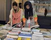 لاہور:ایکسپو سنٹر میں مختلف کمپنیوں کی نمائش میں لڑکیاں سٹال پر کتابیں ..