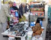 لاہور: ایک بزرگ خاتون پیٹ پالنے کے لیے عینکوں کی دکان سجائے بیٹھی ہے۔