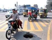 فیصل آباد: سٹیشن چوک کے قریب سڑک کے درمیان میں کھلا مین ہول کسی حادثے ..