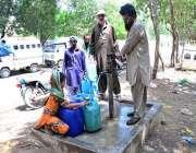 حیدرآباد: شہری ہینڈ پمپ سے پینے کے لیے صاف پانی بھر رہے ہیں۔