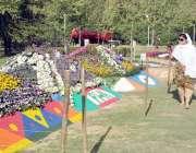 راولپنڈی: خواتین کی مقامی پارک میں منعقدہ پھولوں کی نمائش میں دلچسپی۔